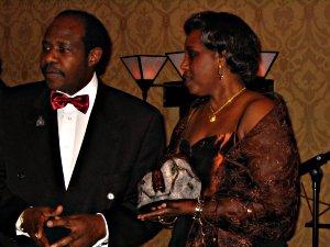 Paul Rusesabagina, récipiendaire du Prix international de l'artisan du non-racisme 2005, et son épouse, Tatiana