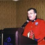 M. Pierre-Yves Bourduas, commissaire adjoint, commandant de la Division C, reçoit le prix des artisans du non-racisme, au nom de la GRC