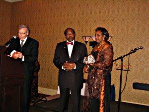 M. Pierre Bruneau, journaliste-vedette de TVA, présente Paul Rusesabagina