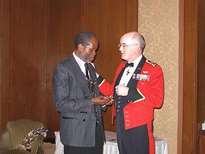 Georges Konan, président du Gala Noir et Blanc au-delà du racisme, reçoit en cadeau une médaille offerte par le Lieutenant-général Caron, Chef d'état-major de l'Armée de terre, champion des minorités visibles