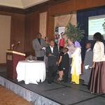 Les élèves gagnants du concours Génie en herbe organisé par l'École Barclay reçoivent leur récompense des mains de M. Harry Delva, animateur du magazine Noir de monde à CH Montréal.