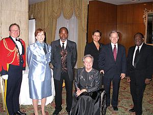 De gauche à droite : Donald Gauthier, Chargé de mission, GRC; Mme Mary B. Marshall, consule générale des Etats-Unis; Georges Konan, président du Gala Noir et Blanc au-delà du racisme; Mme et M. Raymond Bachand, ministre du Développement économique, de l'Innovation et de l'Exportation; M. Ulrick Chérubin, maire de la ville d'Amos; et Son Excellence, L'Honorable Lise Thibault, Lieutenant-gouverneur du Québec