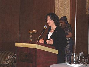 Allocution de Mme Patricia Bitard, conseillère à la Ville pour l'arrondissement Saint-Laurent, représentant le maire Gérald Tremblay. Mme Bitard remettra le prix des artisans du non-racisme au docteur Paul Perrotte, spécialiste en cancers urologiques au CHUM