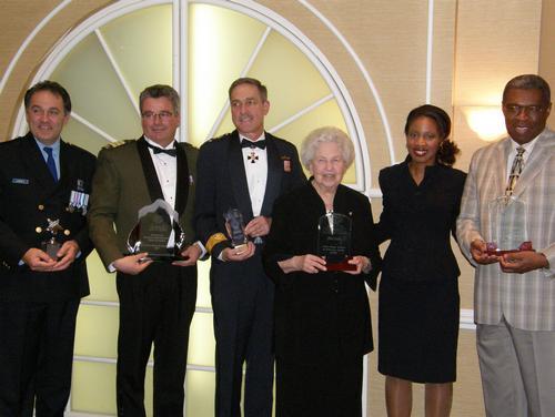 Quelques-uns des lauréats 2007, en compagnie de Mme Yolande James, ministre de l'Immigration et des Communautés culturelles