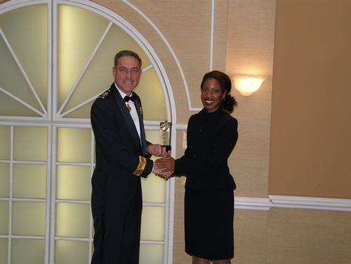 Lieutenant-général M.J. Dumais, Commandant de Commandement Canada et Champion de la Défense nationale pour les minorités visibles reçoit le Prix des Artisans du non-racisme des mains de Mme Yolande James, ministre de l'Immigration et des Communautés culturelles