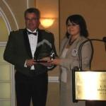 L'inspecteur Tremblay, au nom du District de la Mauricie-Centre-du-Québec (Sûreté du Québec), reçoit le Prix des Artisans du non-racisme des mains de Mme Eva Ottawa, Grand Chef/Présidente du Conseil de la Nation Atikamekw.