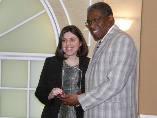 M. Keder Hyppolite, directeur général de l'organisme SANQI, reçoit le Prix Rosa Parks & Virginia Durr des mains de Patricia Rimok, présidente du Conseil des Relations Interculturelles (CRI)