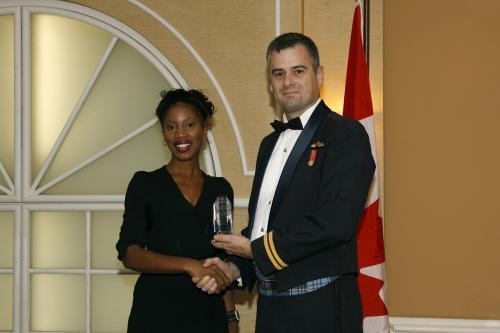 Capitaine Sylvain Coulombe, CD, des Forces canadiennes recevant le Prix des artisans du non-racisme des mains de Mme Yolande James, ministre de l'Immigration et des Communautés culturelles