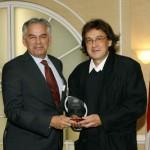 M. Ghislain Picard, Chef régional de l'Assemblée des Premières Nations, Québec/Labrador, remet le Prix Rosa Parks & Virginia Durr à M. Stephen Reichhold, directeur général de la TCRI (à droite)