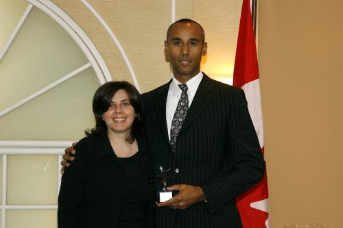 Mme Patricia Rimok, présidente du Conseil des relations interculturelles, remet le Prix des artisans du non-racisme à l'agent Khobee Gibson, du SPVM