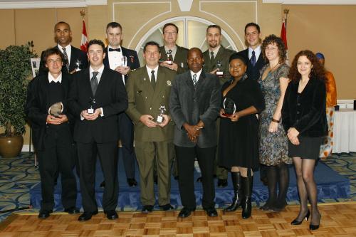 Les lauréats 2008 à l'honneur entourent le président du Gala, Georges Konan (au centre)