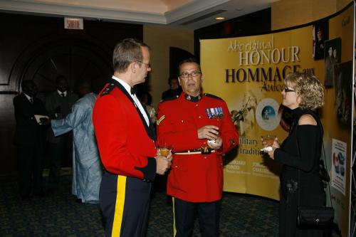 Mme et M. Sylvain L'Heureux, de la GRC, lauréat 2007 du Prix des artisans du non-racisme; à gauche de l'écran, M. François Deschesnes, Surintendant principal, Officier responsable des enquêtes criminelles - GRC