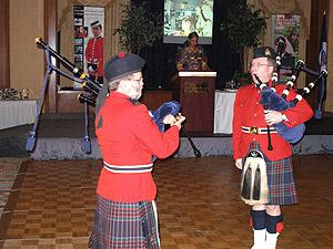 Les cornemuseurs de la GRC. Au pupitre, Johanne, maître de cérémonie. Salle décorée par le Caporal-chef Russell A. Farrell, CD, sergent-recruteur et de la diversité