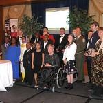 Son Excellence, L'Honorable Lise Thibault, Lieutenant-gouverneur du Québec, entourée des lauréats du Gala Noir et Blanc au-delà du racisme, édition 2007