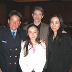 La gagnante du concours « Un monde sans racisme », en compagnie de ses parents et de Mme Bourgeois.