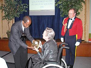 Un présent est remis à Son Excellence, L'Honorable Lise Thibault, au nom du Gala Noir et Blanc au-delà du racisme.