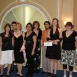 Le groupe d'étudiants du cégep du Vieux-Montréal, lauréats de la bourse « Harmonie », en compagnie de Jacqueline Pecqueur, recherchiste à Gala Noir et Blanc Au-delà du Racisme