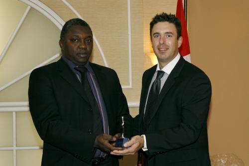 Moussa Guene, président de l'Association des Sénégalais du Canada, remet le Prix des Artisans du non-racisme à Francis Morrissette, agent de quartier senior (SPVM)